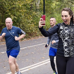 Woman-Takes-Selfies-During-NYC-Marathon